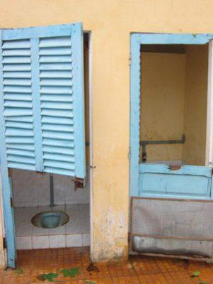 Khủng khiếp nhà vệ sinh trường học